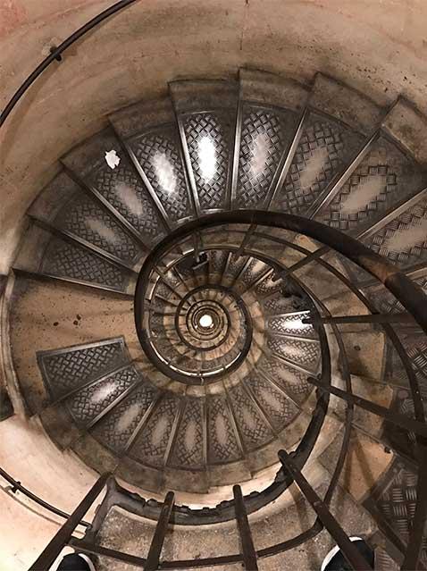 escada_arco_do_triunfo O que fazer em Paris: saiba tudo